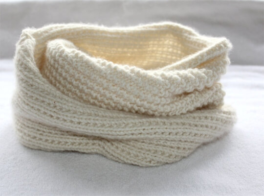 Easy Knit Infinity Scarf Pattern for Beginners by theknittingniche