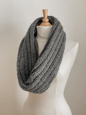 Harper Easy Knit Infinity Scarf Pattern for Beginners by LiliowyLane